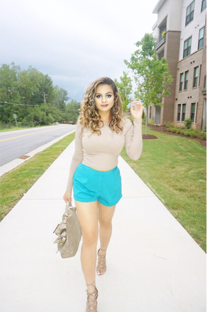 what to wear with teal shorts